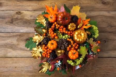 カボチャと秋の感謝祭の花輪は、古い木製のテーブルに残します。秋の果実とコーン、コピー領域テーブルのセンター ピース 写真素材
