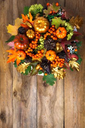 カボチャ、秋の紅葉と感謝祭フロントドア花輪。秋の季節のベリーとコーン、コピー領域と背景の挨拶