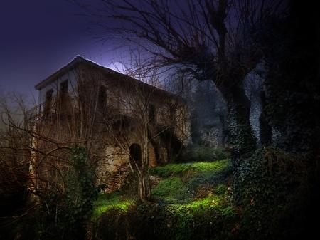 illustratie van een donker spookhuis oud huis onder het maanlicht Stockfoto