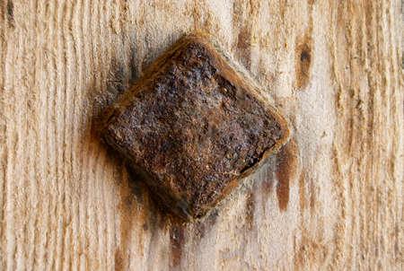 rusty nail: viejo oxidado clavo en la madera bordo  Foto de archivo