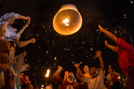 CHIANGMAI - November 16   Unidentified People launch sky lanterns to the sky in Loy Kratong festival on November 16,2013 in Chiangmai,Thailand  Redakční