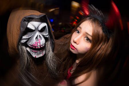 oct 31: BANGKOK - 31 de octubre: Las mujeres no identificadas en el festival cosplay Halloween, 31 de octubre 2013 en Bangkok, Tailandia.