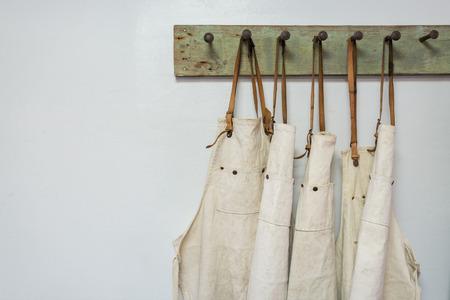 벽에 걸려 흰색 앞치마 옷 스톡 콘텐츠