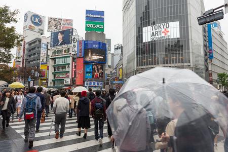 Tourists walking croos the road at famous Shibuya Crossing, Tokyo Japan Redakční