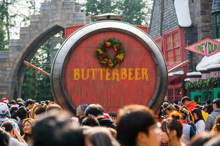 tourists crowded around Butterbeer wood barrel store kiosk in Universal Studios Japan Redakční