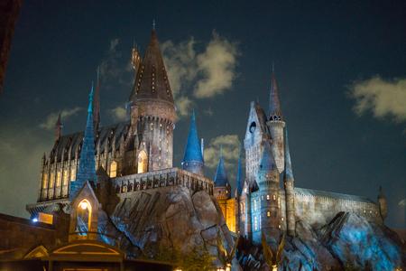 OSAKA, JAPON - 14 janvier 2017: Le château de Poudlard de Harry Potter se ferme la nuit