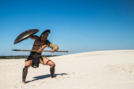 De Spartaanse krijger gaat onder het schild met een speer