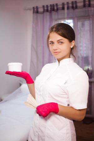 あなたの手の手のひらに化粧品のことで医師美容師 写真素材