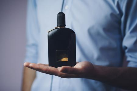 香水を使用してハンサムな青年実業家