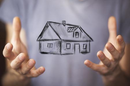 Disegnare casa in mani dell'uomo