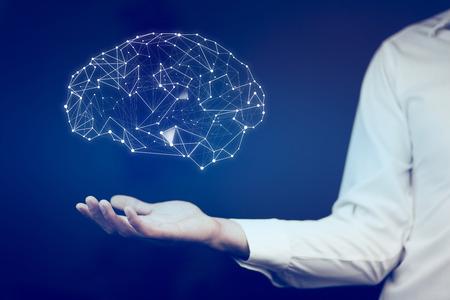 homme d'affaires avec la main de trame fil tenant la structure abstraite du cerveau lueur