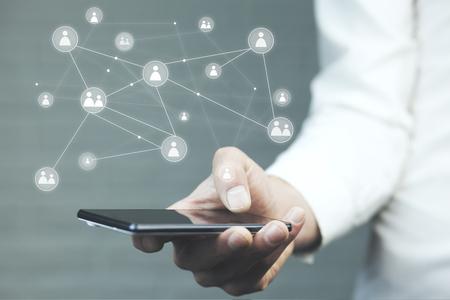 Geschäftsmannhandtelefon mit virtuellen Social-Media-Tasten