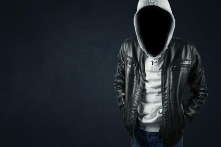faceless hacker stands in the dark background 版權商用圖片