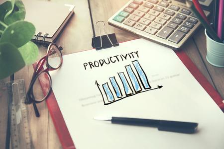 texto de productividad en la página con papelería en la mesa