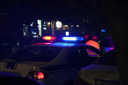 Auto della polizia in strada di notte