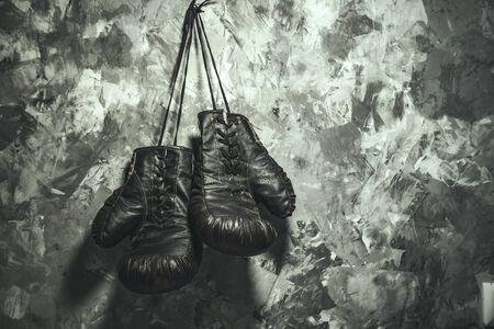 Boxhandschuhe auf grauem Wandhintergrund