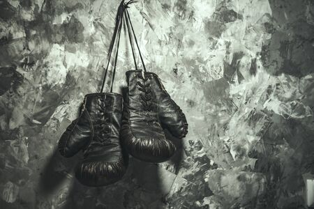 Guantes de boxeo sobre fondo de pared gris