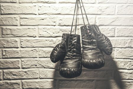 boxing gloves on gray wall background Stok Fotoğraf - 129831437