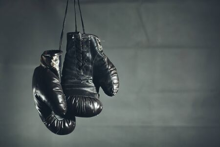 old boxing gloves on a dark background Stok Fotoğraf - 129831434