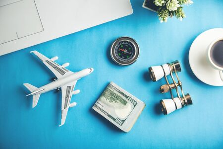 travel concept with keyboard and money on table 스톡 콘텐츠