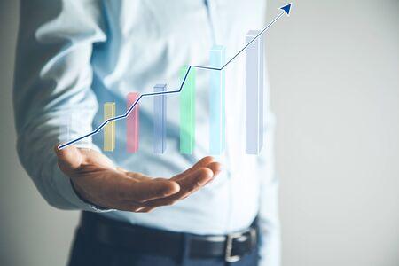 man die grafiek in het scherm aanraakt Stockfoto