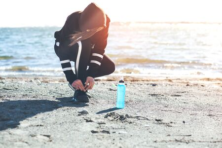 young woman runner hand  bottle in beach Banque d'images - 138285721