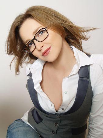 glass eye: Retrato de hermosas mujeres j�venes que usan gafas