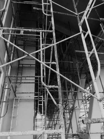 Construction workers on a scaffold. Black and white. Stockfoto