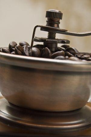 comida colombiana: Antiguo molinillo de caf� con granos de caf�