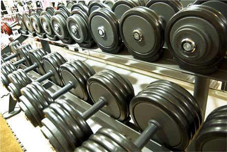 levantar pesas: pesos, dumbells en el gimnasio  Foto de archivo