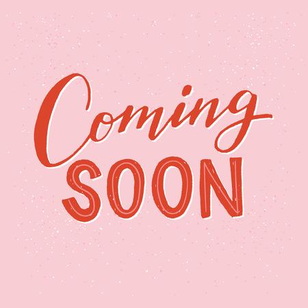 Prossimamente scritte a mano testo sullo sfondo rosa pastello. Frase di annuncio per ottenere clienti e acquisizione di clienti. Iscrizione scritta a mano brillante per cantare, icona, timbro, negozio online, negozio Vettoriali