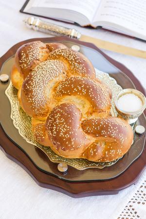 shabat: Set para el Shabat con pan jal� en una mesa de madera