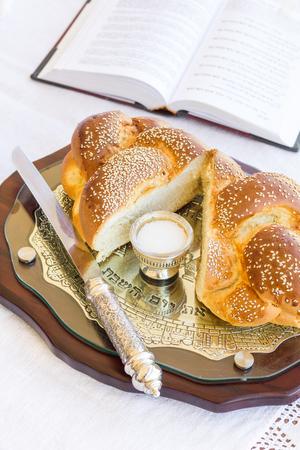 shabat: Set para Shabat con pan jal� en una mesa de madera Foto de archivo