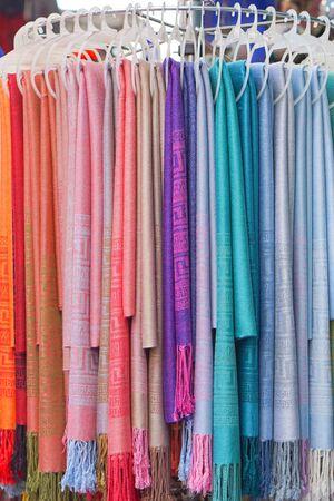 sciarpe: Sciarpe e scialli in vari colori