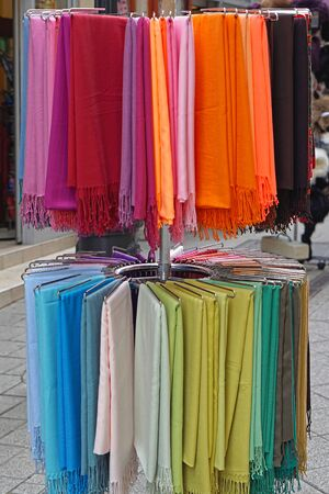 sciarpe: Shawls and scarves wraps in various colours Archivio Fotografico