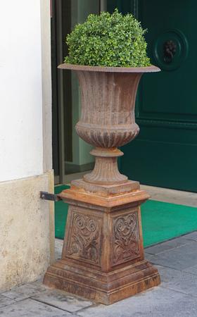 greek pot: Antico vaso stile di fronte al palazzo Archivio Fotografico