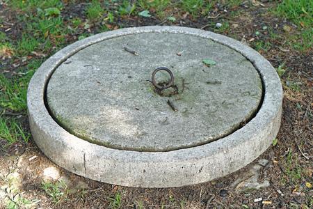 Tapa de hormigón en el embalse de tanque séptico Foto de archivo - 75317855
