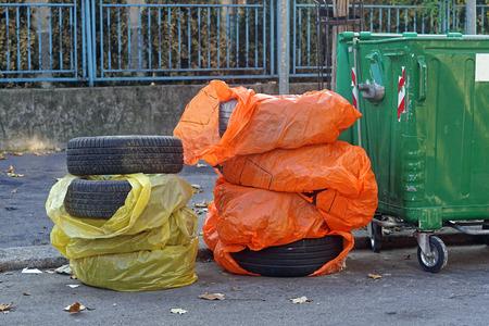 Disposal of rejected tires at street 版權商用圖片 - 97474523