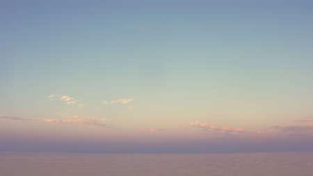 tonalit�: 16x9 fond large format de l'�cran - coucher de soleil simple sur la mer dans la tonalit� pastel Banque d'images