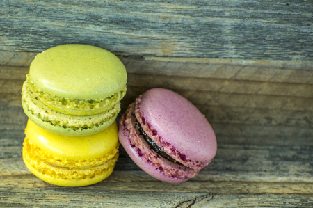 Colorful macaroons. macaroons on wooden table. Imagens