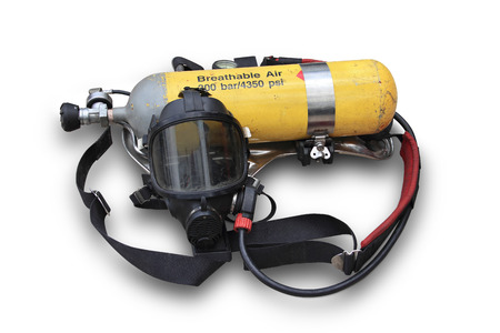 El máscaras de oxígeno kits y cilindros de oxígeno a través del uso de los bomberos en Tailandia en el fondo blanco Foto de archivo - 32101843