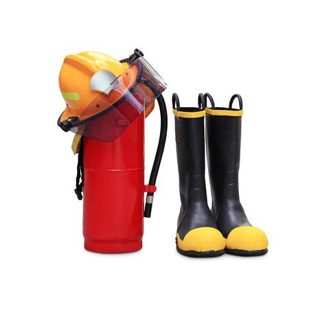 bombero de rojo: extintor de fuego qu�mico, casco y zapatos de seguridad mediante el uso de los bomberos en Tailandia aislada sobre fondo blanco Foto de archivo
