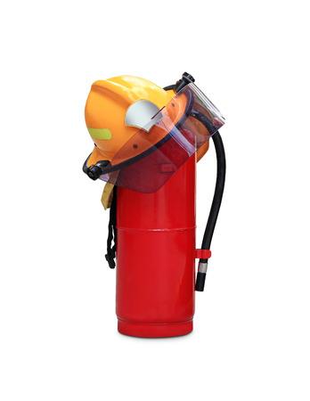 bombero de rojo: extintor de fuego qu�mico y casco de seguridad mediante el uso de los bomberos en Tailandia aislados sobre fondo blanco