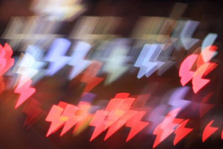 blitz symbol: Bunte Bokeh lightning bolt Form, die Stadt bei Nacht Lizenzfreie Bilder
