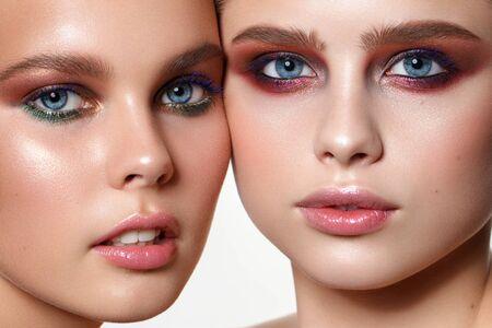 Retrato de dos jóvenes hermosas modelos cheec a mejilla en la foto. Foto de archivo