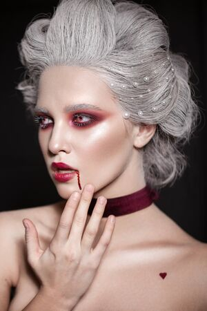 Estilo de maquillaje de Halloween. Reina de sangre. Imagen de la novia de Drácula.