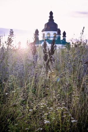 Vishneve, Ukraine-August 19 2012 -Beautiful sunrise over the Christian church in the suburbs of Kyiv city of Vishneve in Ukraine Banco de Imagens - 96093272