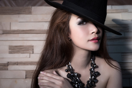 lenceria: Joven y bella modelo asiática que desgasta blackdress