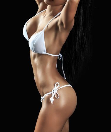 hot breast: Красивая женского фитнес-модель на черном фоне