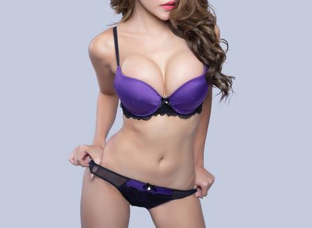 big boobs: Modelo asiático joven hermosa atractiva con la lencería elegante acostado en la cama Foto de archivo